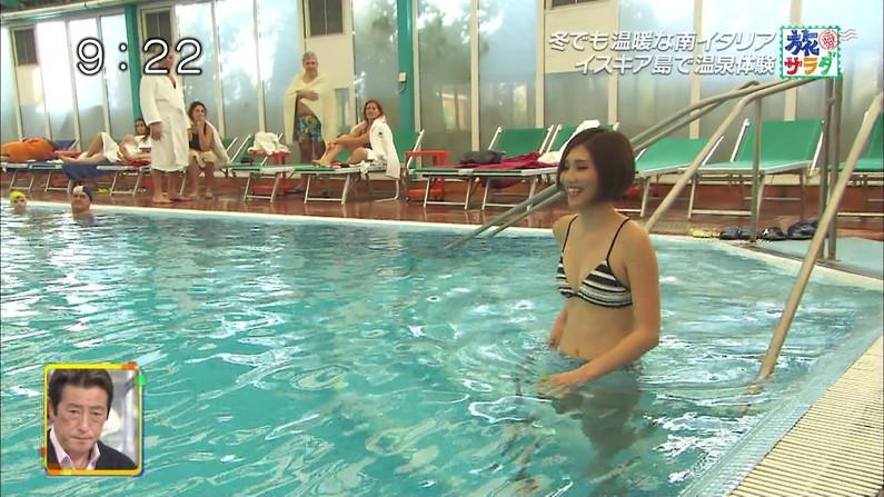 【水着キャプ画像】もぉちょっとで乳輪見えそうな水着姿のタレント達w 20