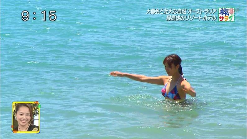【水着キャプ画像】もぉちょっとで乳輪見えそうな水着姿のタレント達w 23