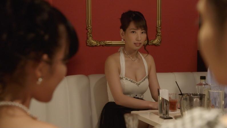 【胸ちらキャプ画像】谷間アピールのあざといタレント達ww 07