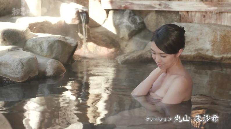 【温泉キャプ画像】バスタオルからハミ乳しまくりの温泉レポがエロすぎww