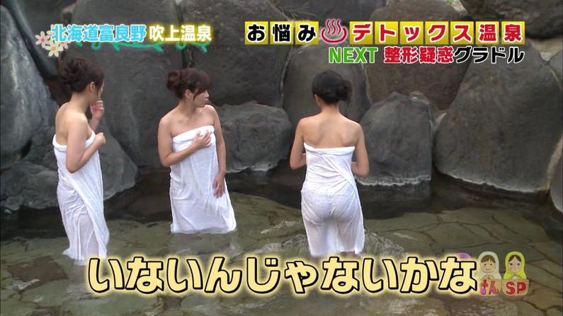 【温泉キャプ画像】バスタオルからハミ乳しまくりの温泉レポがエロすぎww 01