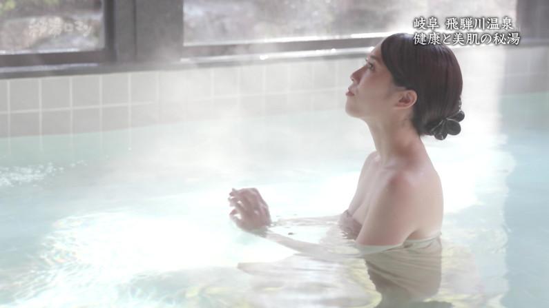 【温泉キャプ画像】バスタオルからハミ乳しまくりの温泉レポがエロすぎww 04