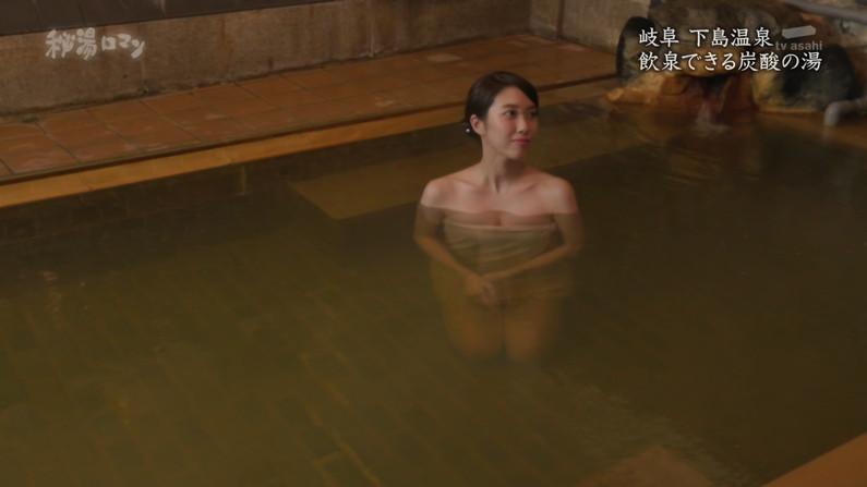 【温泉キャプ画像】バスタオルからハミ乳しまくりの温泉レポがエロすぎww 06
