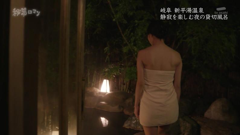 【温泉キャプ画像】バスタオルからハミ乳しまくりの温泉レポがエロすぎww 09