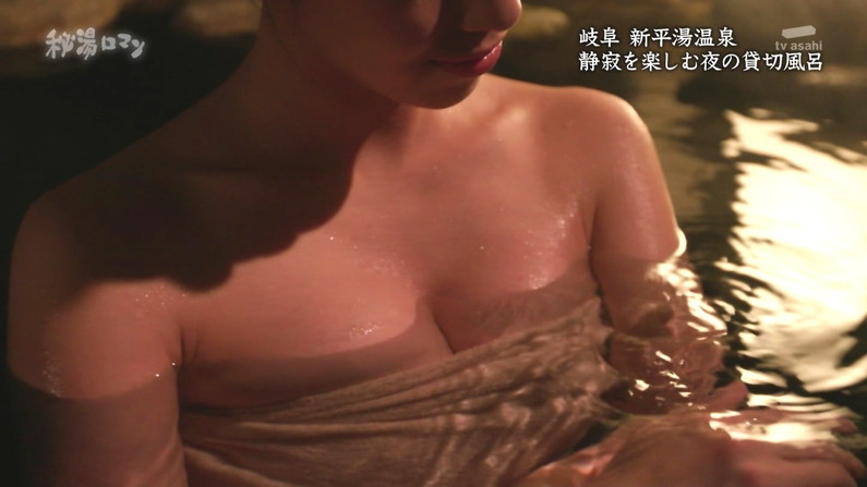 【温泉キャプ画像】バスタオルからハミ乳しまくりの温泉レポがエロすぎww 10