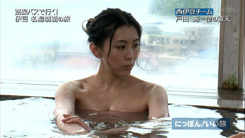 【温泉キャプ画像】バスタオルからハミ乳しまくりの温泉レポがエロすぎww 18