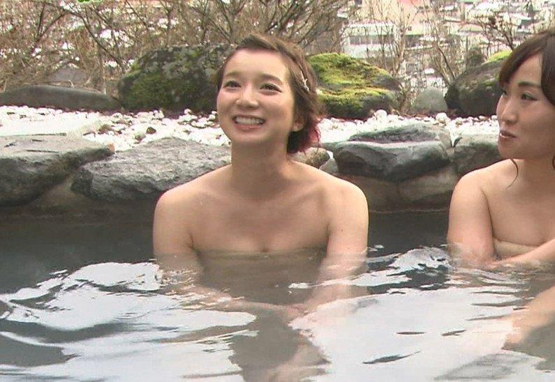 【温泉キャプ画像】バスタオルからハミ乳しまくりの温泉レポがエロすぎww 21