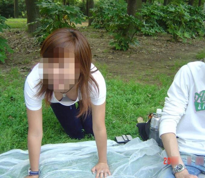 【素人ポロリ画像】胸ちらしてる女の子達が思いっきり乳首まで見えてるんですけどw 07