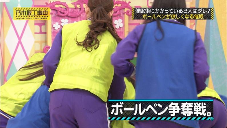 【お尻キャプ画像】ピタパン履いてパンツラインまでくっきり出ちゃってるタレント達w 11