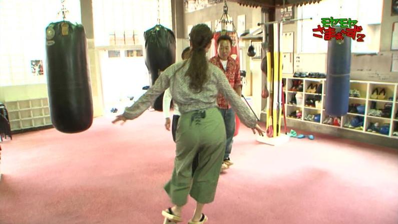 【お尻キャプ画像】ピタパン履いてパンツラインまでくっきり出ちゃってるタレント達w 18