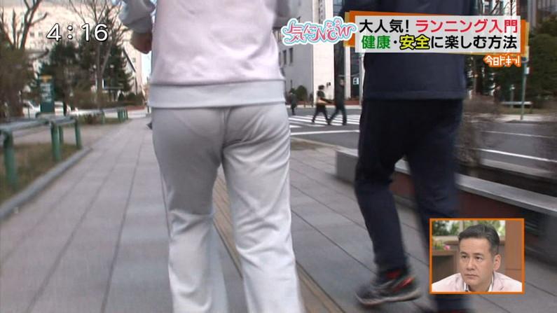 【お尻キャプ画像】ピタパン履いてパンツラインまでくっきり出ちゃってるタレント達w 21