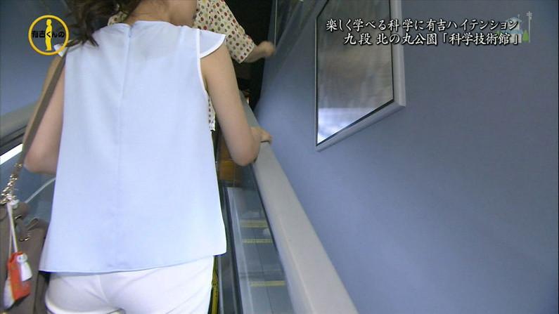 【お尻キャプ画像】ピタパン履いてパンツラインまでくっきり出ちゃってるタレント達w 22