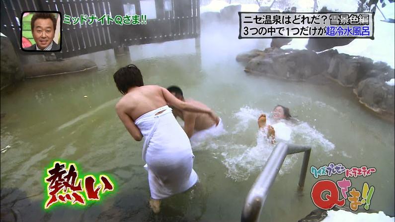 【温泉キャプ画像】巨乳タレントが温泉レポすると必ずハミ乳させてる件ww 14