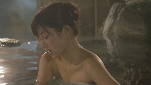 【温泉キャプ画像】巨乳タレントが温泉レポすると必ずハミ乳させてる件ww 20