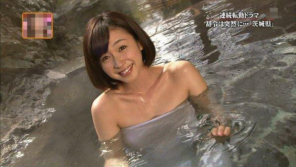 【温泉キャプ画像】巨乳タレントが温泉レポすると必ずハミ乳させてる件ww 22