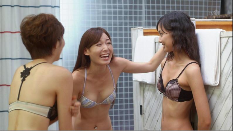 【水着キャプ画像】最近のテレビに出てくる水着美女は乳首さえ隠れてたらいいって言う不調らしいw 03