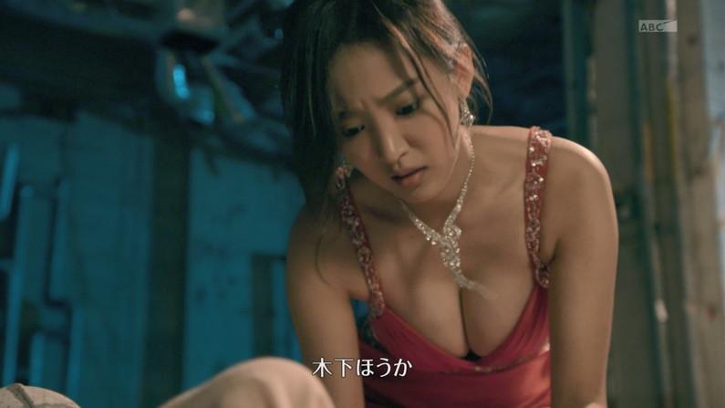【胸ちらキャプ画像】ポロリしそうな勢いで胸ちらしちゃってるタレント達ww