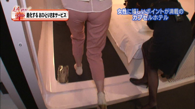 【お尻キャプ画像】ピタパン履いてパンツライン透け透けなタレント達w 06