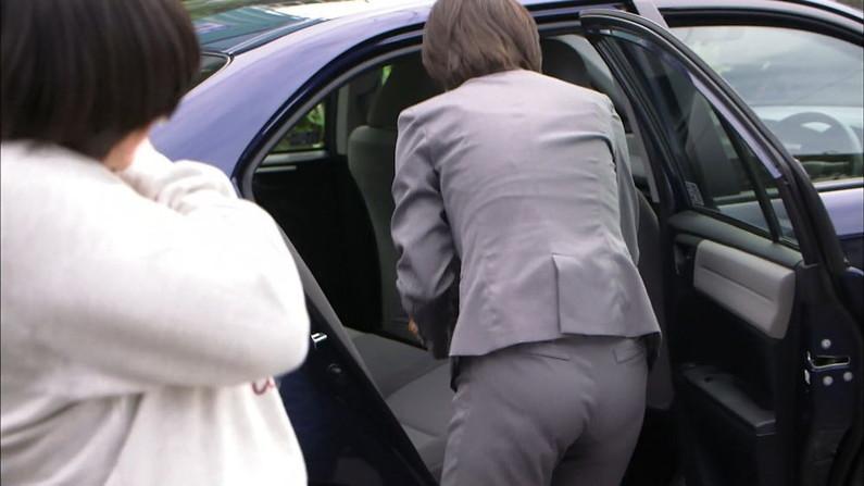 【お尻キャプ画像】ピタパン履いてパンツライン透け透けなタレント達w 24