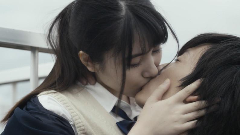 【キスキャプ画像】思わず画面越しでもキスしたくなるようなタレント達の可愛いキス顔w 16