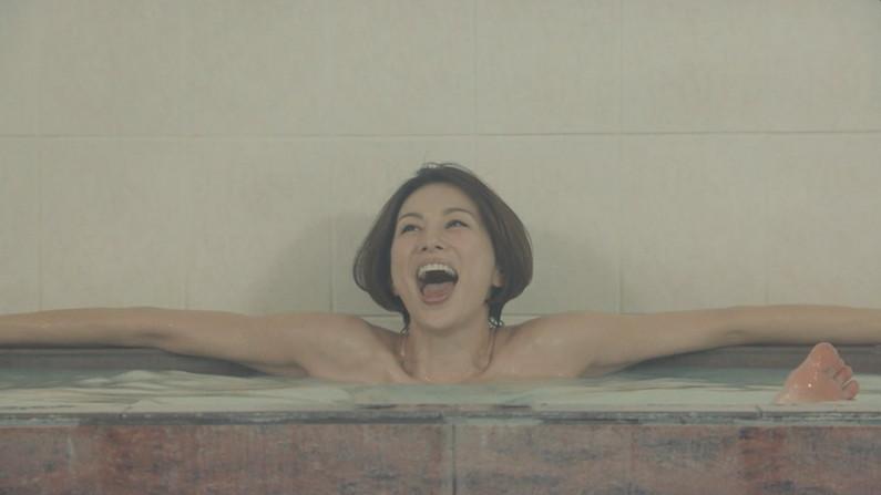 【温泉キャプ画像】ハミ乳しながら温泉レポするタレント達ってエロいよなwww 12