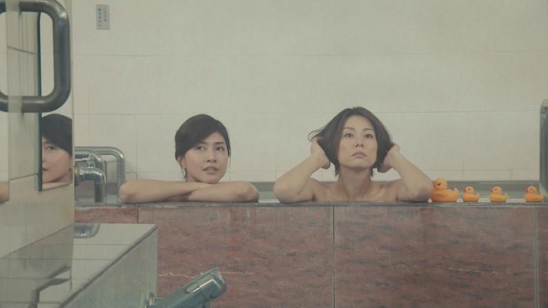 【温泉キャプ画像】ハミ乳しながら温泉レポするタレント達ってエロいよなwww 13