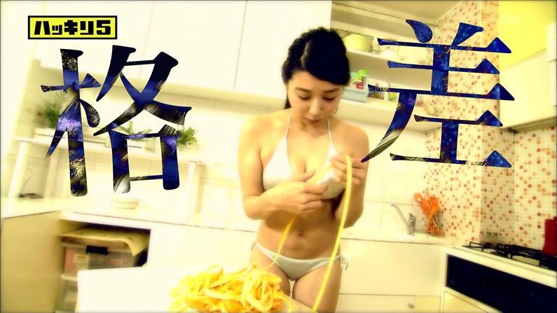 【水着キャプ画像】テレビに映るビキニ美女の谷間がエロすぎるww 06