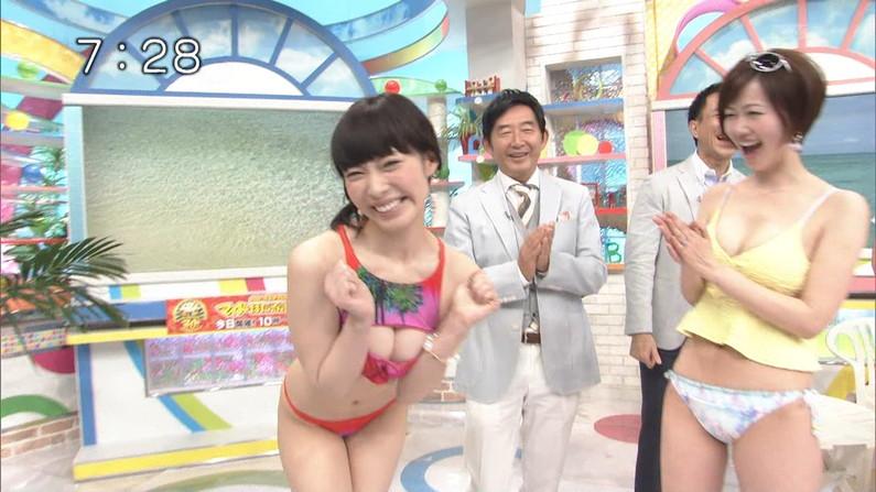 【水着キャプ画像】テレビに映るビキニ美女の谷間がエロすぎるww 20