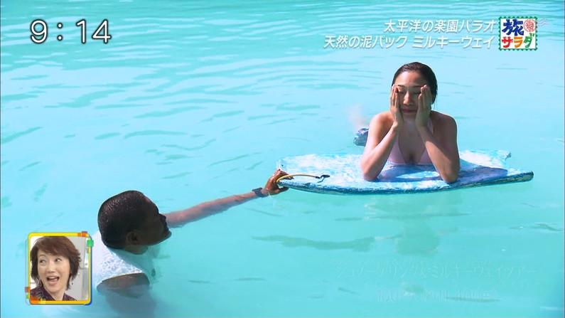 【水着キャプ画像】テレビに映るビキニ美女の谷間がエロすぎるww 23