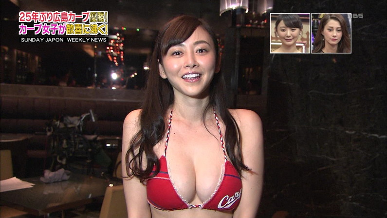 【水着キャプ画像】テレビに映るビキニ美女の谷間がエロすぎるww 24