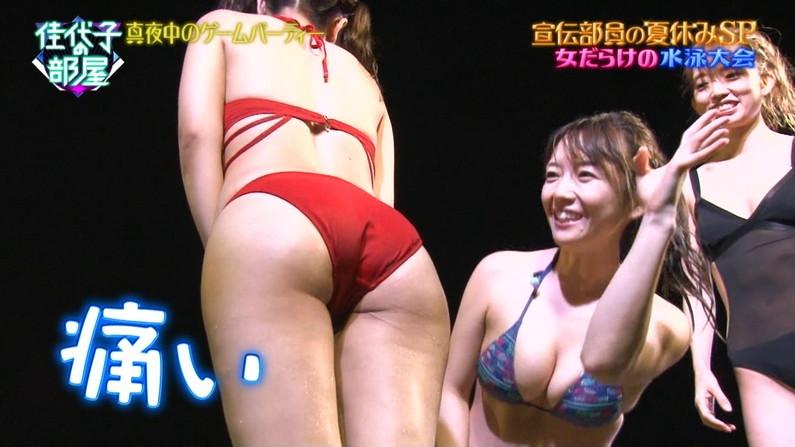 テレビに映る水着美女のハミ尻!