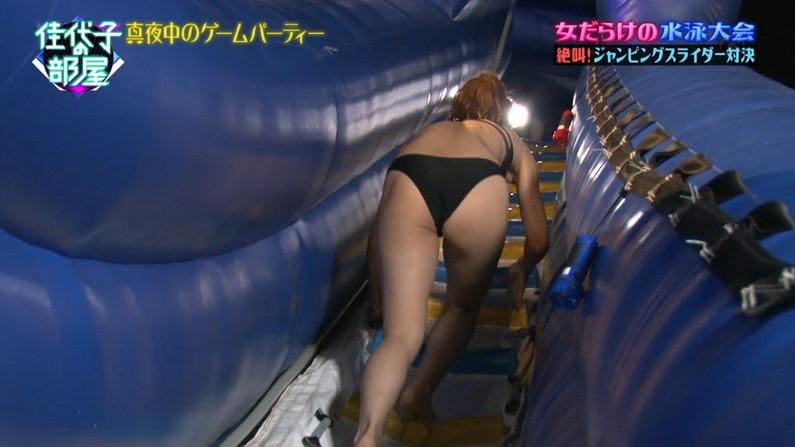 【お尻キャプ画像】テレビに映る水着美女達のぶりぶりのお尻がハミ尻しまくってるぞw 01