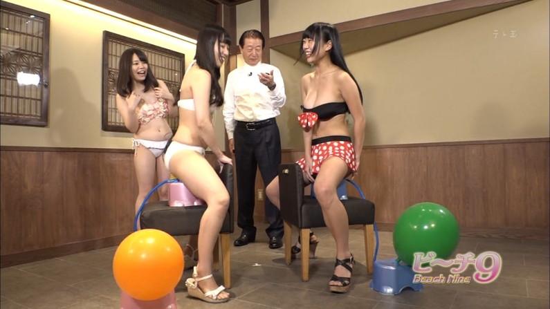 【水着キャプ画像】自慢のオッパイをビキニで強調してテレビに出てくるタレント達w 01