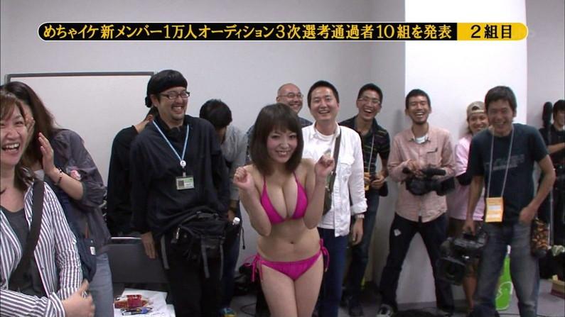 【水着キャプ画像】自慢のオッパイをビキニで強調してテレビに出てくるタレント達w 07