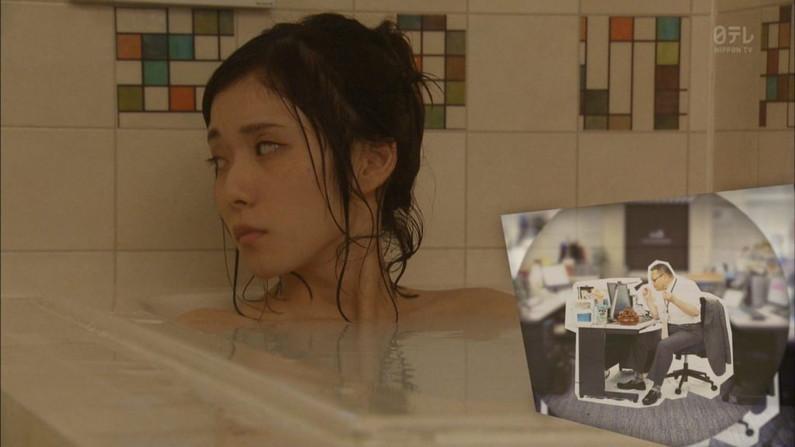 【温泉キャプ画像】バスタオルからオッパイはみ出しすぎな温泉レポw 18