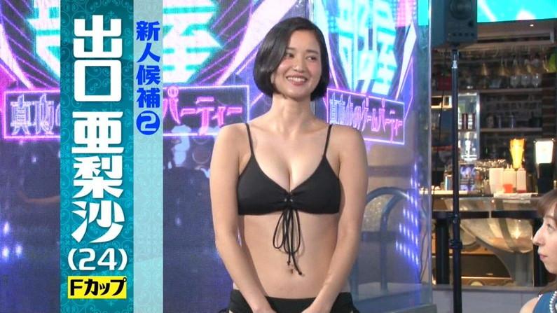 【水着キャプ画像】テレビに映る水着美女達のオッパイがけしからんすぎww
