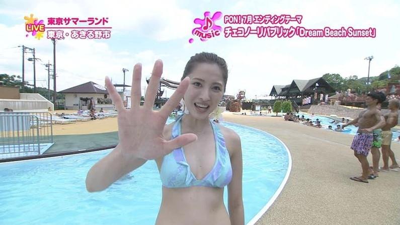【水着キャプ画像】テレビに映る水着美女達のオッパイがけしからんすぎww 09