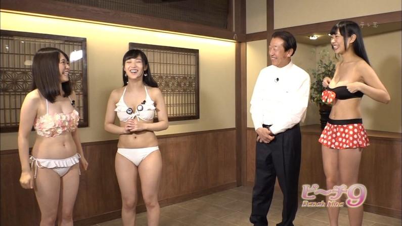 【水着キャプ画像】テレビに映る水着美女達のオッパイがけしからんすぎww 12