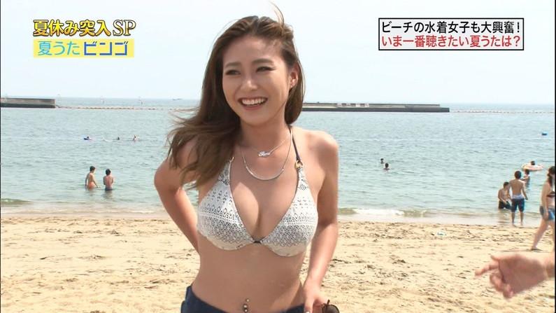 【水着キャプ画像】テレビに映る水着美女達のオッパイがけしからんすぎww 14