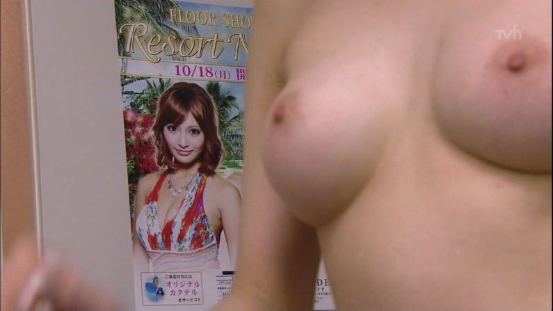 【オッパイキャプ画像】今年最後はオッパイ祭りw乳首丸出しでテレビに映った美女達ww 15