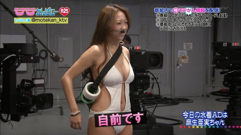 【水着キャプ画像】テレビに映る水着からこぼれ落ちそうなオッパイがエロすぎるw 09