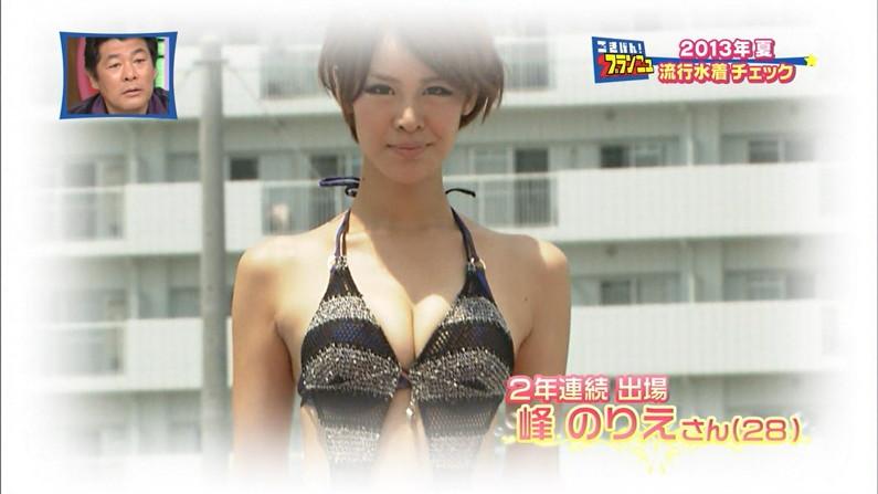 【水着キャプ画像】テレビに映る水着からこぼれ落ちそうなオッパイがエロすぎるw 15