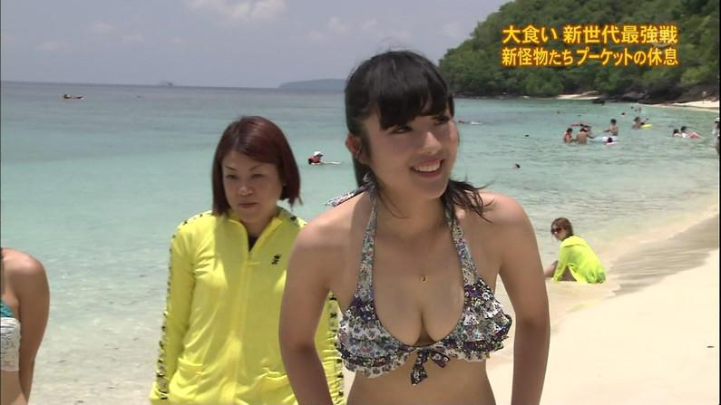 【水着キャプ画像】テレビに映る水着からこぼれ落ちそうなオッパイがエロすぎるw 24