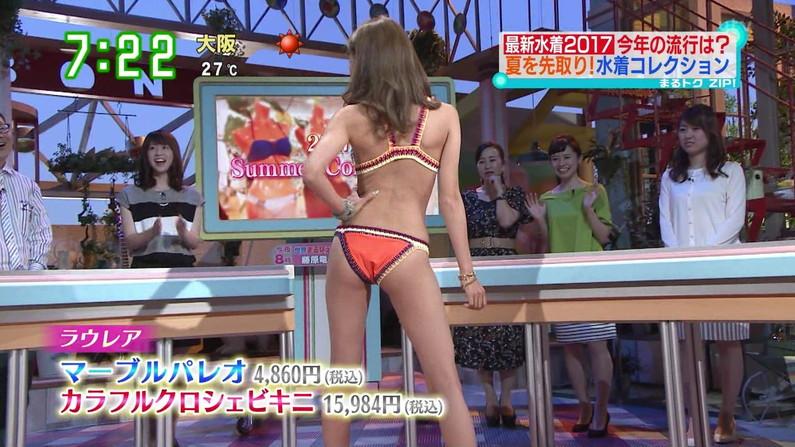 【お尻キャプ画像】テレビに映る水着美女達のやらしいハミ尻ww
