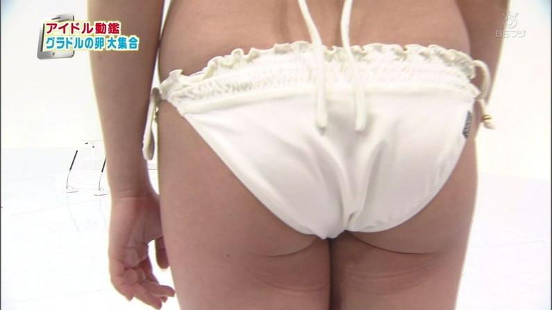 【お尻キャプ画像】テレビに映る水着美女達のやらしいハミ尻ww 20