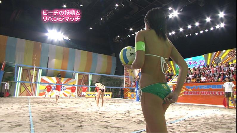 【お尻キャプ画像】テレビに映る水着美女達のやらしいハミ尻ww 23