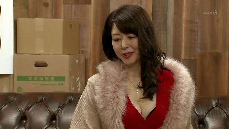 【胸ちらキャプ画像】テレビで胸ちらしてるタレントって本当に多いよなw 09