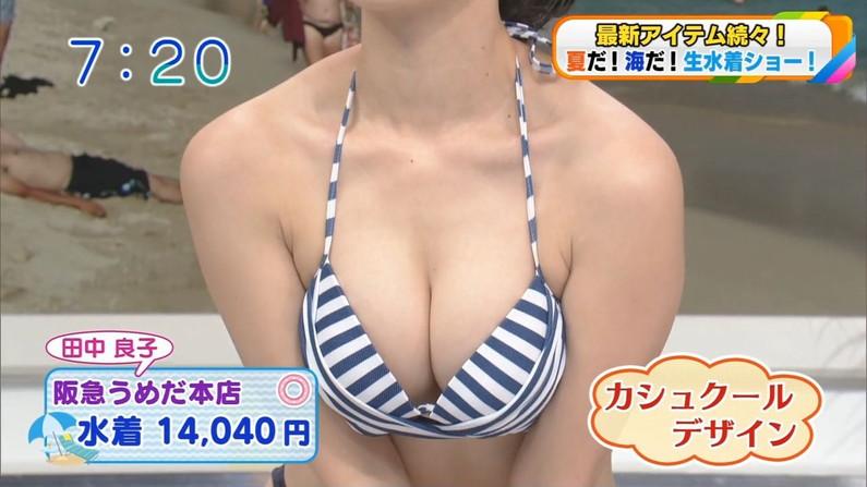 【水着キャプ画像】大きなオッパイがビキニからはみ出しすぎじゃねえか?w 10