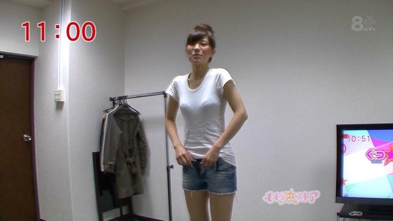 【透けブラキャプ画像】薄い記事のシャツ着て思いっ切りブラジャー透けちゃってるタレントさんww 23