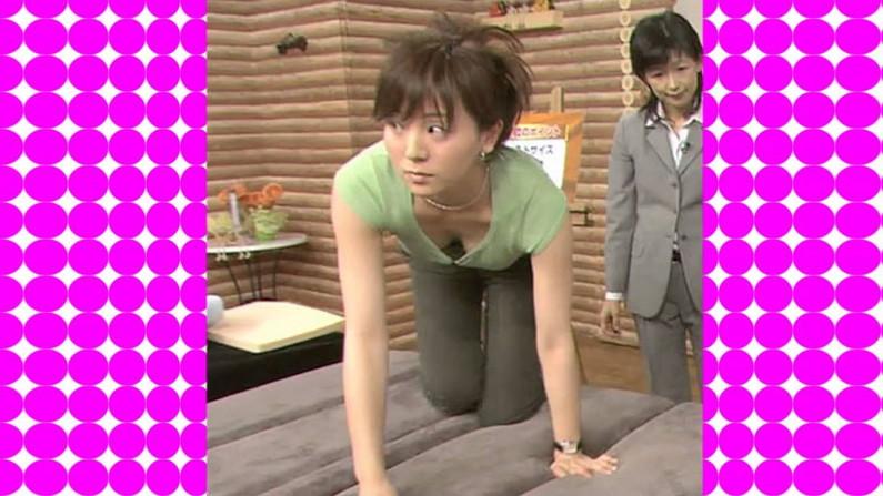 【胸ちらキャプ画像】チラッと見える胸の谷間がやらしいタレント達w 09